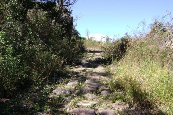 caminho-calcado-de-pedra-que-leva-ao-forteD40CF14C-B6DB-BD2B-029C-2B8333731E5C.jpg